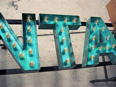 letra n vintage con bombillas letras vintage luminosas bar de copas en salamanca