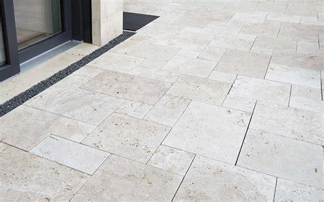 terrasse naturstein travertin naturstein terrasse terrassenplatten kaufen