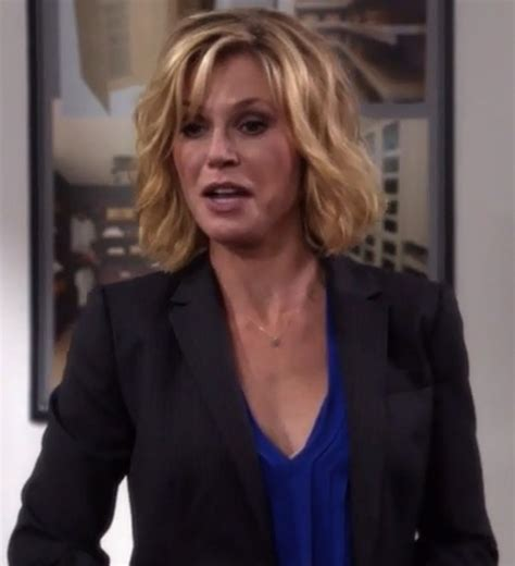 how to do claire dunphy hair blouse claire dunphy julie bowen modern family blue