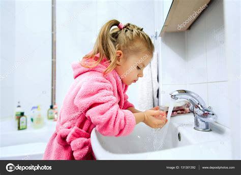 imagenes niños lavandose las manos peque 241 a ni 241 a lav 225 ndose las manos fotos de stock