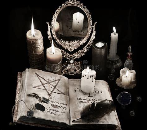 candela nera magia natura morta mistica con il libro le candele e il mirrow