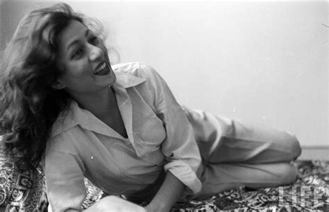 bollywood heroine madhubala hindi movie actress madhubala in her room photographed