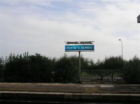 stazione porto sant elpidio di fronte ai binari della stazione ferroviaria di porto