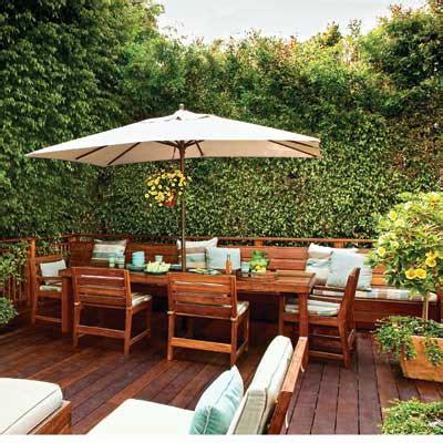 outdoor banquette ruang makan alam terbuka dengan payung kolam dan taman