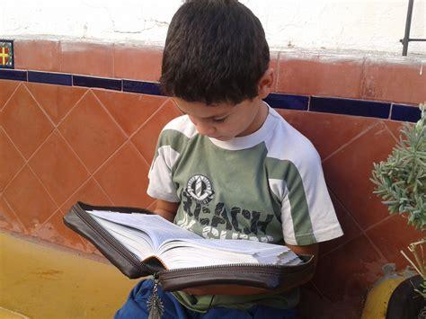 imagenes niños leyendo la biblia no leo la biblia objeciones a la lectura