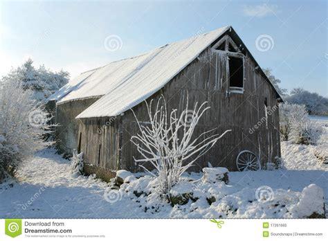 scheune im schnee alter stall im schnee stockfoto bild 17261660