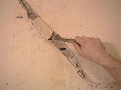 How To Repair Cracked Plaster Ceiling by How To Restore Cracked Plaster How Tos Diy