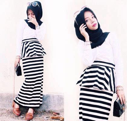 Rok Mini Skirt Motif Stipes Stripe Hitam Putih Import style til feminin dengan motif garis ala