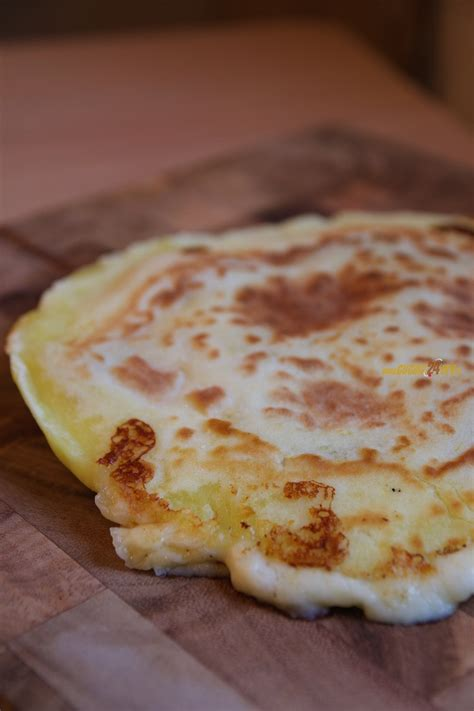 cucinare senza lievito pizza di patate in padella con salame piccante senza