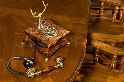 altmodische telefon auf tisch stockfoto colourbox