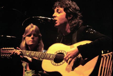 file paul mccartney with linda mccartney wings 1976