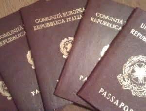 questura bologna ufficio passaporti chiede un passaporto ma la polizia lo arresta napoli
