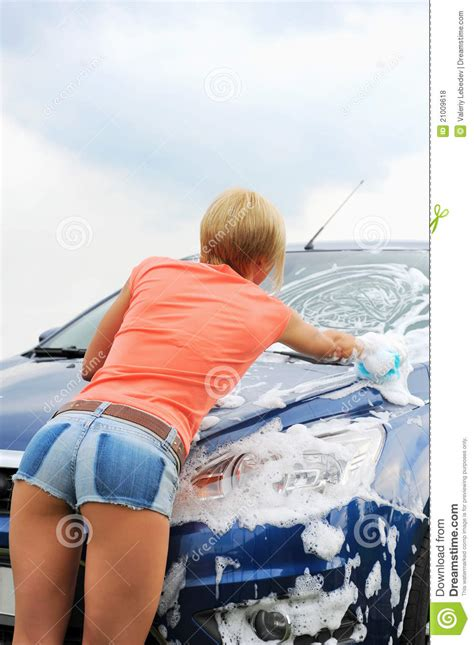 Frauen Waschen Auto by Washes Car Royalty Free Stock Photos Image