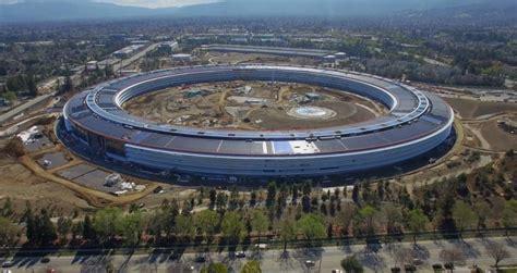 Apple Februari apple park met steve theater parkeergarages en meer in dronevideo