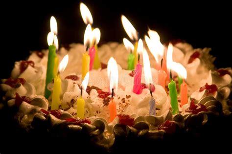 torta de cumplea 241 os con las velas del cumplea 241 os torta del feliz cumplea 241 os con las velas ardientes imagen