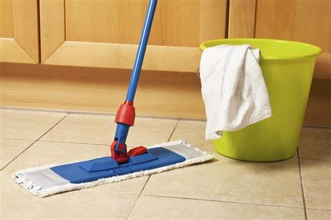 pulire pavimenti come passare la cera sul pavimento soluzioni di casa