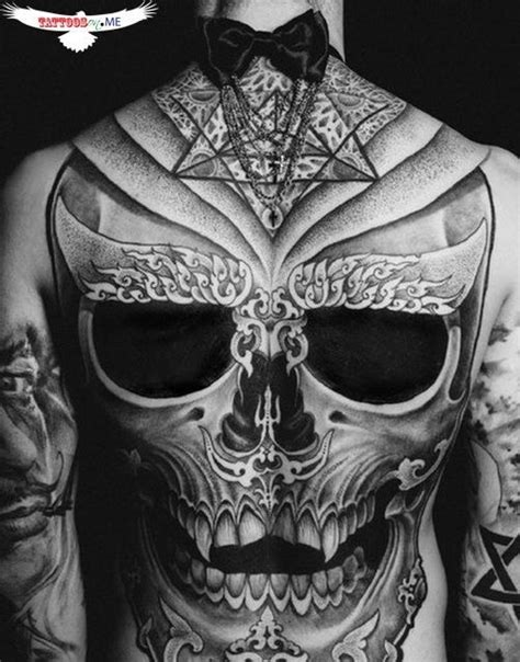 head tattoo pain d epices and skulls on