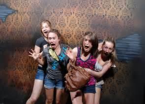 des gens qui ont peur dans une attraction de hant 233 e