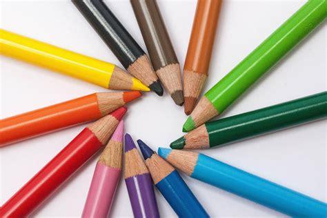 menggambar menggunakan grafit pensil krayon  pensil