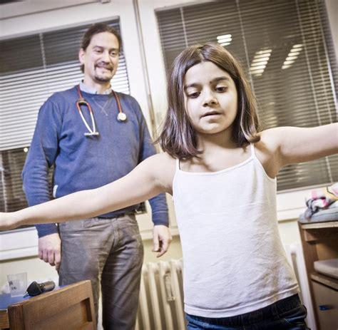 beim kinderarzt deutsch spanisch kinderbuch so 252 berlastet sind deutschlands kinderarztpraxen welt