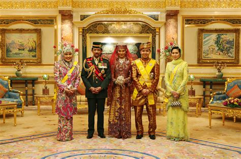 sultan hassanal bolkiah wives shaking hands with royalty inside the sultan of brunei s