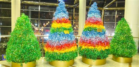recycled christmas tree contest give back 23 000 recycled coca cola bottles add flair to world trade centre in
