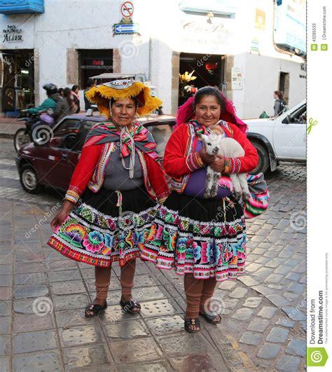 ropa para ninas de peru mujeres en ropa peruana tradicional foto de archivo