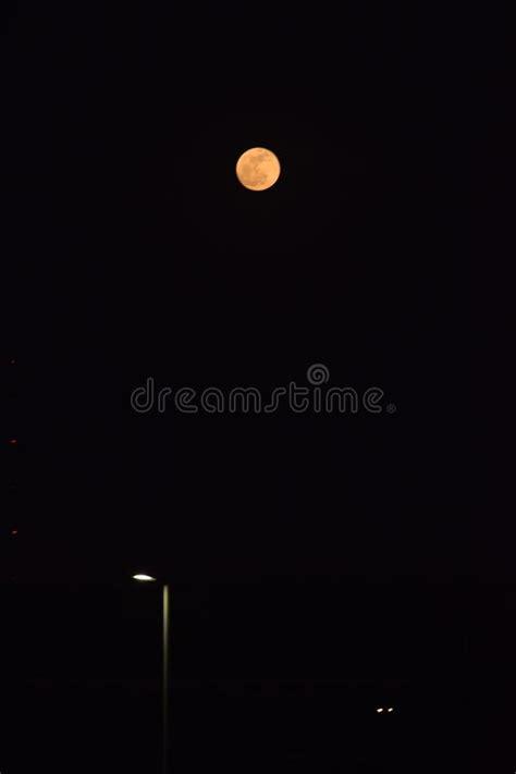 Lua Branca Leitosa Cheia Na Noite Escura Imagem de Stock