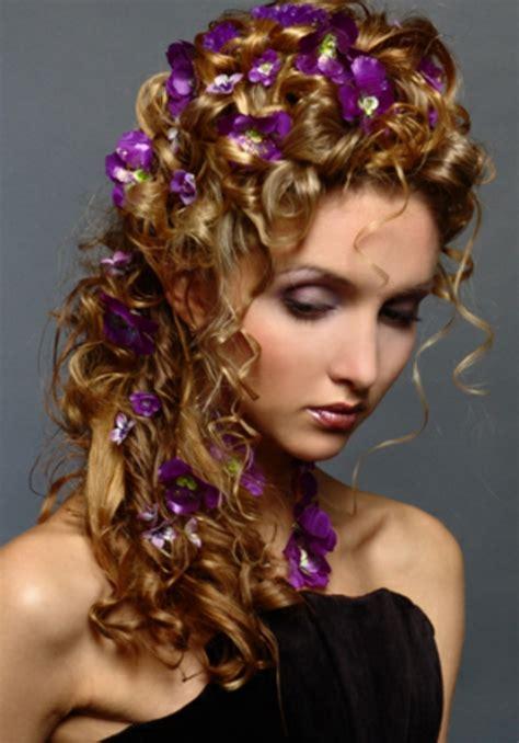 Hochzeitsfrisur Naturlocken by Brautfrisuren Mit Blumen 22 Ideen F 252 R Ein Perfektes
