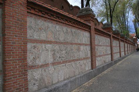 Agradable Banos Con Paredes De Piedra #7: 1200px-Paseo_del_Olmo_-_Matadero.JPG