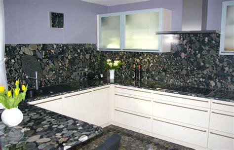 Küchenarbeitsplatten aus Naturstein, wie Granit, Marmor