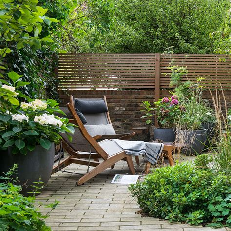 garden fence ideas   bring privacy  structure