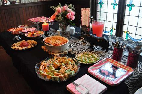 tavola apparecchiata per buffet apparecchiare la tavola per un buffet foto nanopress donna