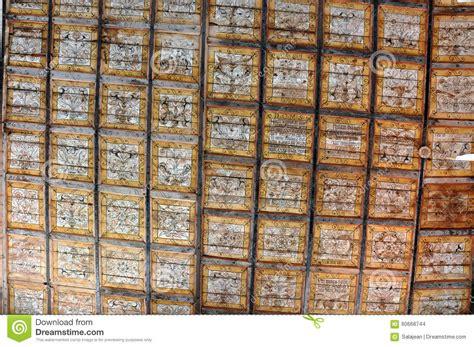 alte runen buchstaben auf der decke einer unitarischen
