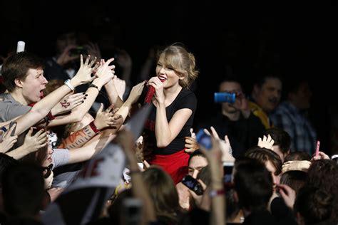 taylor swift concert va taylor swift mua tặng một ng 244 i nh 224 cho fan v 244 gia cư