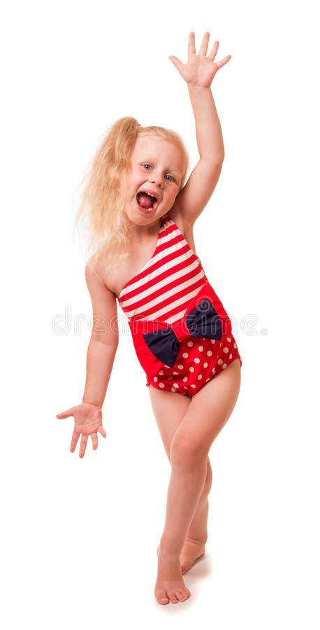 ragazze in costume da bagno piccola ragazza bionda in costume da bagno la sua mano