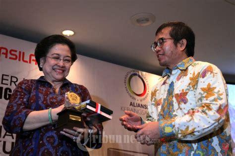 Buku Revolusi Indonesia Dalam News And Views Ea bedah buku revolusi pancasila karya yudi latif foto 7 1620635 tribunnews