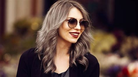 neue trend haarfarbe  bei frauen ist grau