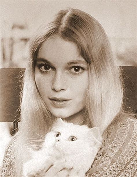 mia farrow s 6 best haircuts vogue 96 best images about mia farrow on pinterest