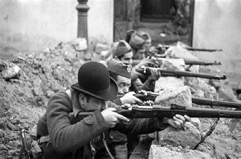 volver a las trincheras miliciano con bombin guerra civil espa 241 ola despu 233 s del hipop 243 tamo
