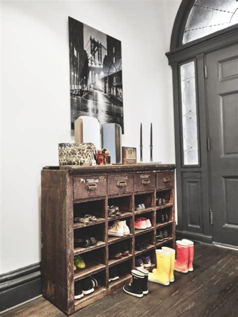 Impressionnant Meuble A Chaussure Maison #1: maison-renovee-new-york-couloir-style-industriel-mur-briques-apparentes-meuble-chaussure-recup-style-rangement-pharmacie-ancien-parquet-bois-fonce.png