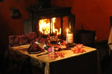 chimenea romantica cena rom 225 ntica al lado de la chimenea fotograf 237 a de caf 233