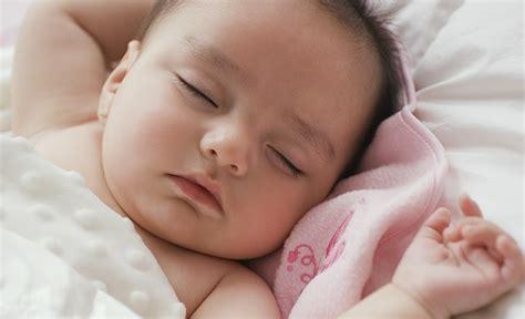 baby weint im schlaf so lernt ihr baby schlafen leben erziehen leben erziehen