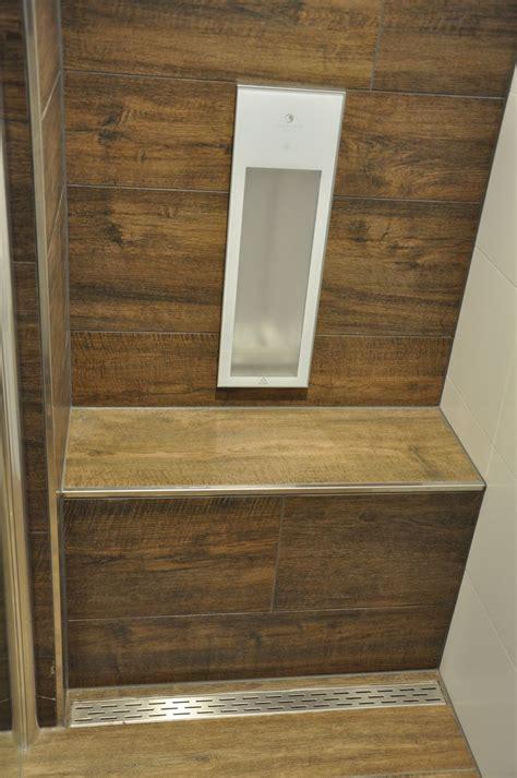 fliesen badezimmer countertops badezimmer mit fliesen in holzoptik passend sitzbank in