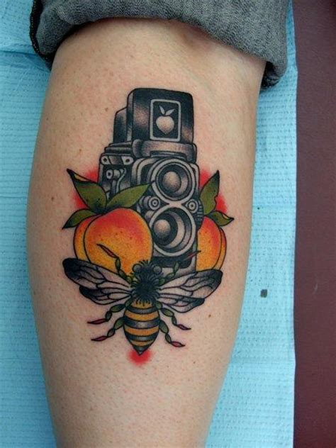 tatouage veau cam 233 ra abeille par three kings tattoo