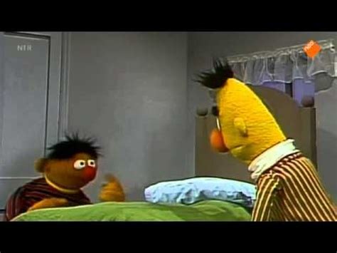 bert and ernie in bed bert ernie samen het bed opmaken youtube