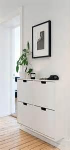 Formidable Peinture Couloir Avec Escalier #8: Meuble-en-bois-de-couleur-blanc-pour-le-couloir-avec-murs-blancs-et-peintures-murales1.jpg