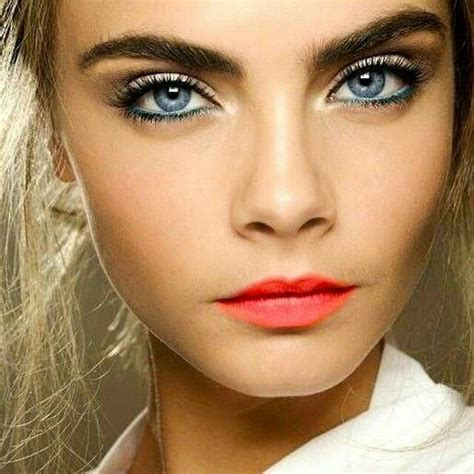 Cara Make Cara Delivin Make Up Mit Rotem Lippenstift Leichtes