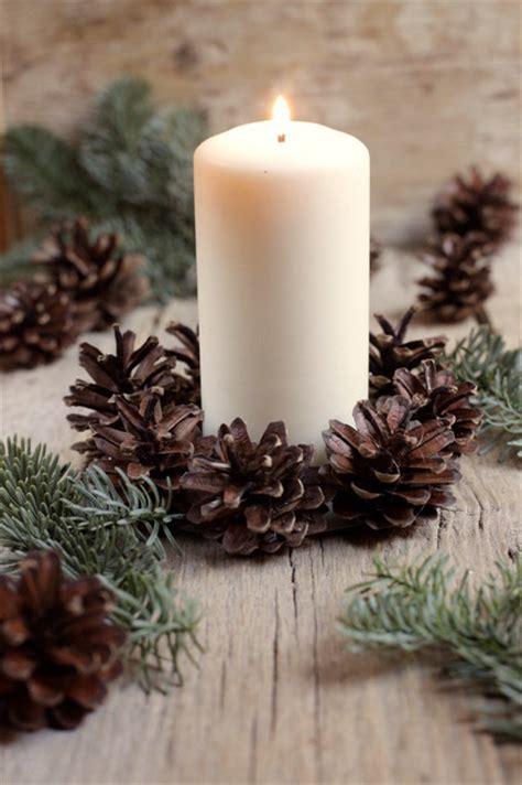 composizione con candele fai da te composizione per la tavola di natale con pigne