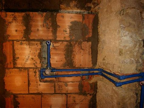 rubinetti elettrici impianto idrico nel bagno wc acqua calda e fredda dei
